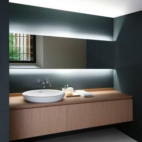 baño iluminado con tiras led